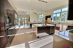 contemporary kitchen with breakfast Bar And stone backsplash I G ISph6aeswytv130000000000 iQvdR