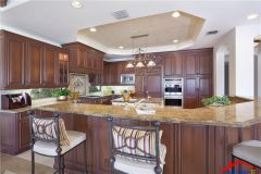 traditional kitchen with breakfast Bar And crown molding I G IShb4myvw202jo0000000000 HNDPW